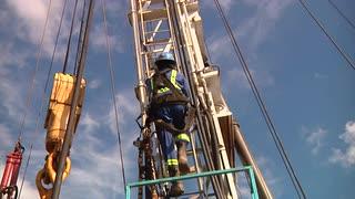 drilling-rig-worker-climbs-derrick_v1pgg8sy__S0000.jpg