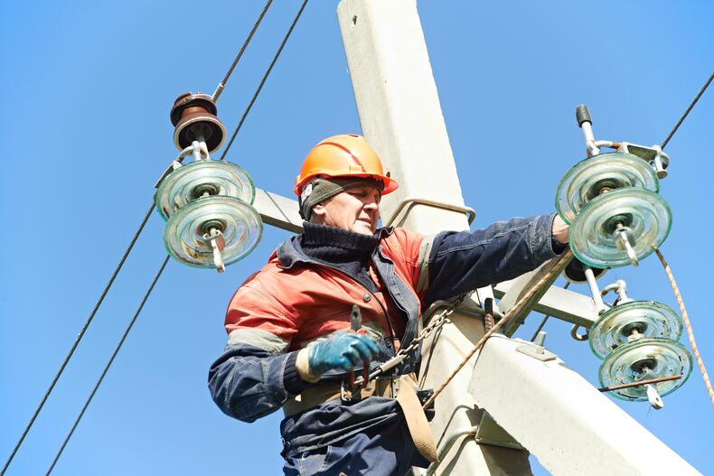 lineman using FR clothing